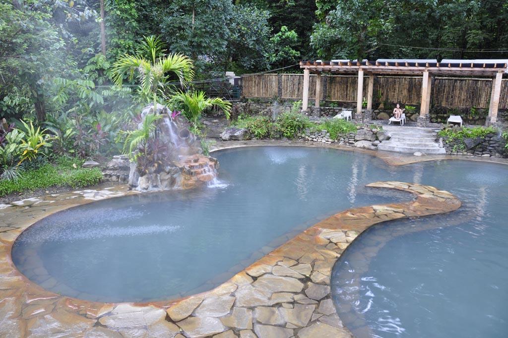 旅の疲れを癒すのに最適なマンブカルの露天風呂